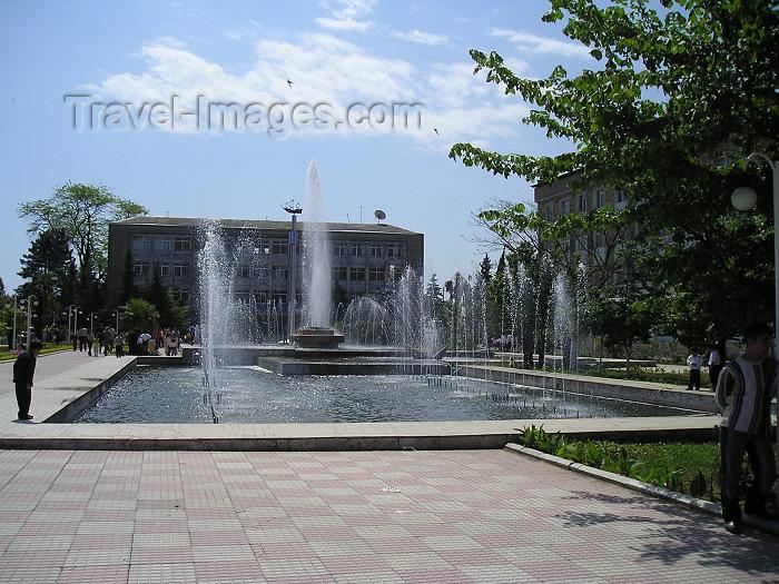 azer231: Azerbaijan - Lankaran / Lenkoran: central square - fountain (photo by F.MacLachlan) - (c) Travel-Images.com - Stock Photography agency - Image Bank