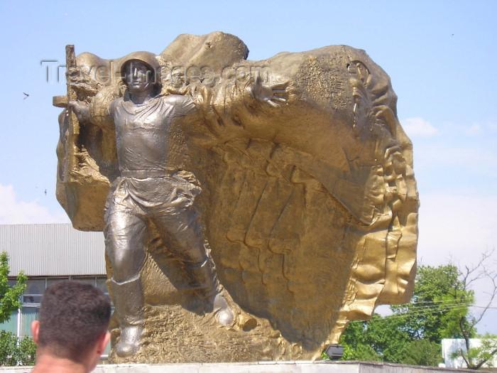 azer232: Azerbaijan - Lankaran / Lenkoran: war memorial - central square (photo by F.MacLachlan) - (c) Travel-Images.com - Stock Photography agency - Image Bank