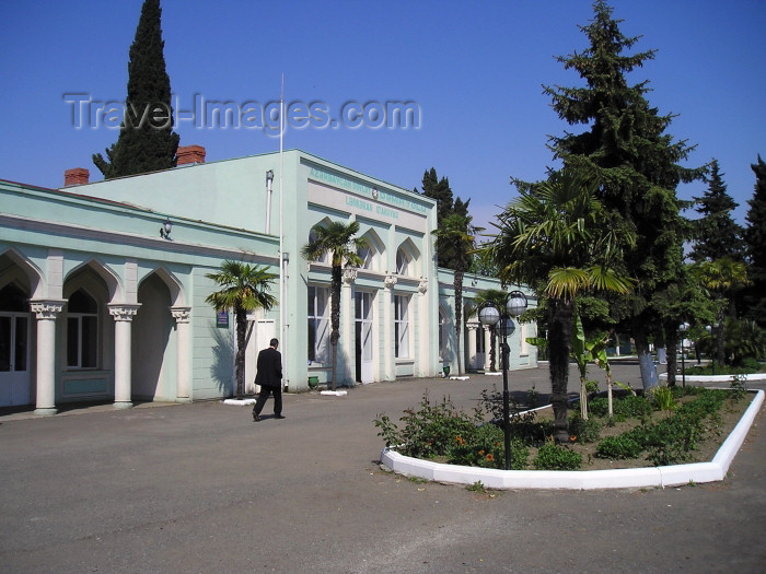 azer234: Azerbaijan - Lankaran / Lenkoran: railway station (photo by F.MacLachlan) - (c) Travel-Images.com - Stock Photography agency - Image Bank