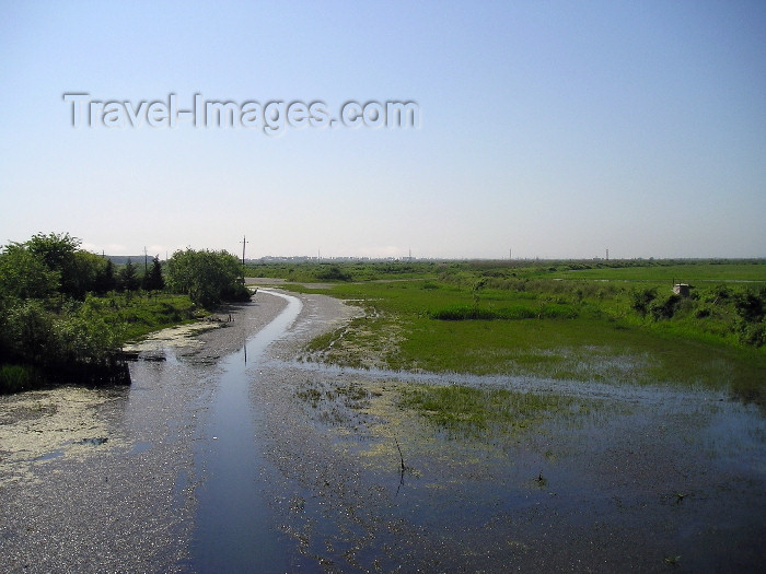 azer243: Azerbaijan - Qumbasi - Masalli Rayonu: river from the bridge (photo by F.MacLachlan) - (c) Travel-Images.com - Stock Photography agency - Image Bank