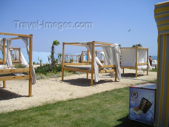 azer255: Azerbaijan - Bilgah - Absheron peninsula - Baki Sahari: beds on the beach - Amburan resort - Cape Amburan (photo by F.MacLachlan) - (c) Travel-Images.com - Stock Photography agency - Image Bank