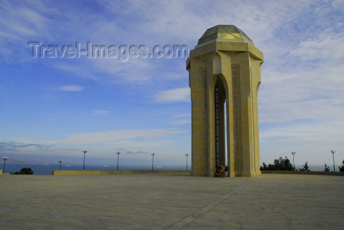 azer300: Azerbaijan - Baku: monument on Martyrs' Lane and the Caspian - Shahidlar Hiyabany - photo by M.Torres - (c) Travel-Images.com - Stock Photography agency - Image Bank