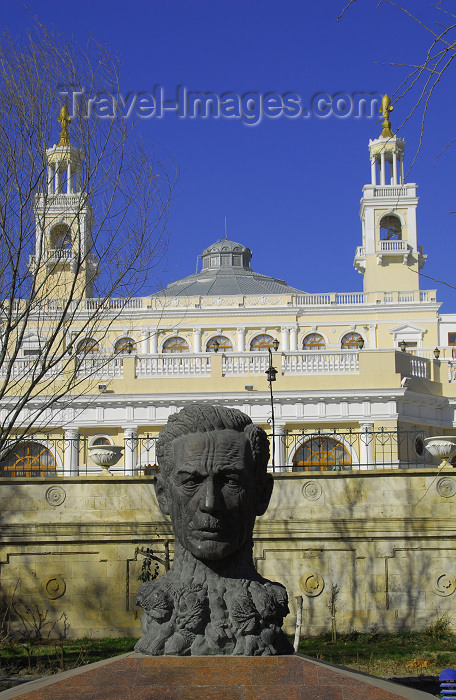 azer360: Azerbaijan - Baku: Aliaga Vahid bust - Muslim Magomayev State Philarmony /  philharmonic - architect G.Termikelov - Aliaga Vahid bust - Istiglaliyyat Street - sculptor Ragib Gasanov - photo by M.Torres - (c) Travel-Images.com - Stock Photography agency - Image Bank