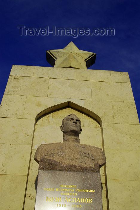 azer364: Azerbaijan - Baku: Soviet monument to Major-General Hazi Aslanov, World War II Red Army tank commander - Martyrs' lane - twice Hero of the Soviet Union - Shahidlar Hiyabany - photo by M.Torres - (c) Travel-Images.com - Stock Photography agency - Image Bank