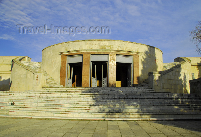 azer373: Azerbaijan - Baku: abandoned Soviet period café with mirador on top - Martyrs' lane, formerly the location of Bolshevik leader Sergey Kirov's statue, on what used to be Kirov Park - Shahidlar Hiyabany - photo by M.Torres - (c) Travel-Images.com - Stock Photography agency - Image Bank