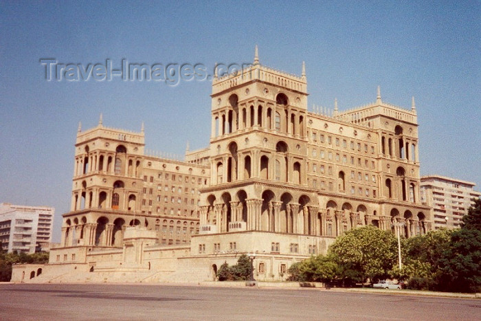 azer4: Azerbaijan - Baku: Government House - Dom Soviet - architect Mikail Husseinov (photo by M.Torres) - (c) Travel-Images.com - Stock Photography agency - Image Bank