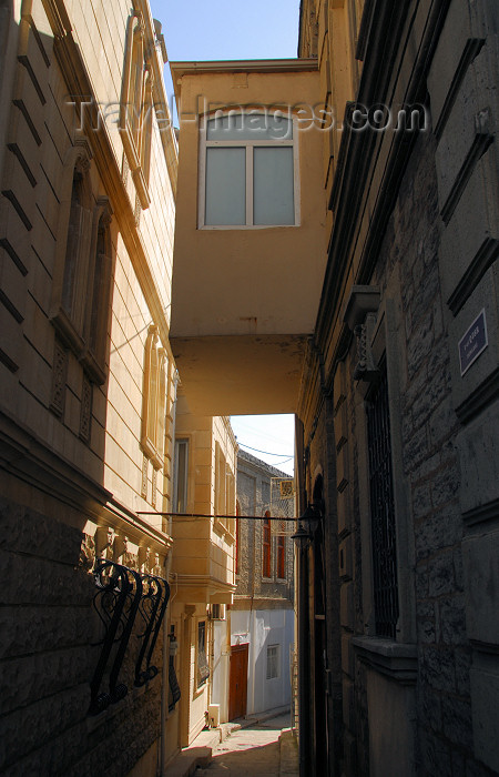 azer400: Azerbaijan - Baku: old town - narrow alley - Icheri Sheher - photo by Miguel Torres - (c) Travel-Images.com - Stock Photography agency - Image Bank