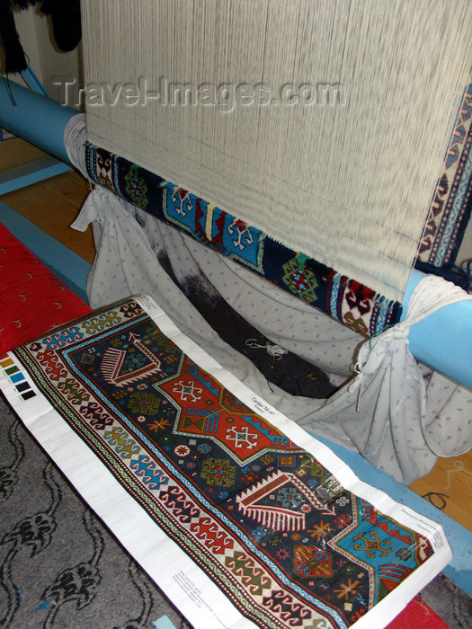 azer414: Ganca, Azerbaijan: carpet making - vertical loom - warp - photo by N.Mahmudova - (c) Travel-Images.com - Stock Photography agency - Image Bank