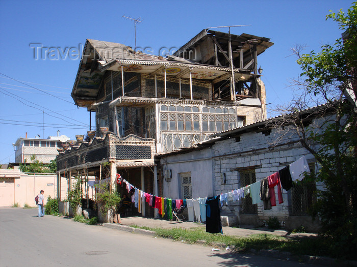 azer422: Ganca / Ganja - Azerbaijan: bottle house and clothes line - photo by F.MacLachlan - (c) Travel-Images.com - Stock Photography agency - Image Bank