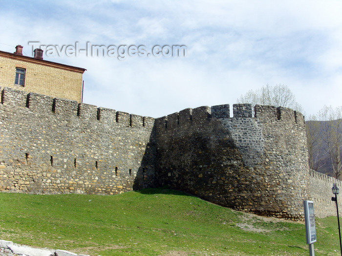 azer440: Sheki / Shaki - Azerbaijan: walls of the 'new' Sheki Fortress, built by Sheki khan Gadzhi Chelebi  - photo by N.Mahmudova - (c) Travel-Images.com - Stock Photography agency - Image Bank