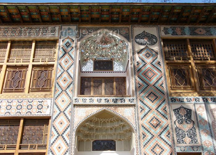 azer450: Sheki / Shaki - Azerbaijan: Sheki Khans' palace - facade - muqarnas, covered with mirror fragments on the first floor - photo by N.Mahmudova - (c) Travel-Images.com - Stock Photography agency - Image Bank