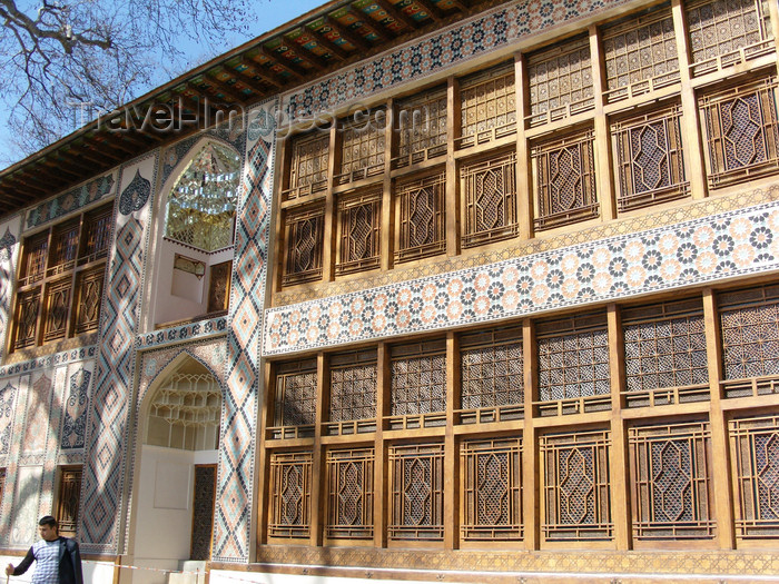azer451: Sheki / Shaki - Azerbaijan: Sheki Khans' palace - façade with muqarnas and shebeke windows - Shaki Xan Sarayi - photo by N.Mahmudova - (c) Travel-Images.com - Stock Photography agency - Image Bank