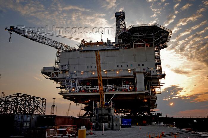 azer533: Caspian sea: sunset - Deep Water Guneshli Platform - Azeri-Chirag-Guneshli (ACG) oil field - photo by J.Fitzpatrick - (c) Travel-Images.com - Stock Photography agency - Image Bank