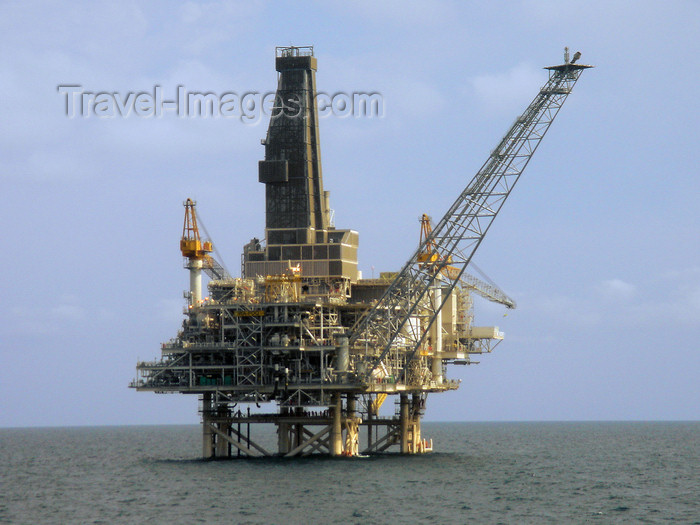 azer538: Caspian sea: Production, Drilling and Quarters (PDQ) platform - West Azeri (WA) section of the Azeri-Chirag-Guneshli (ACG) oil field, connected to the Sangachal terminal - photo by J.Fitzpatrick - (c) Travel-Images.com - Stock Photography agency - Image Bank
