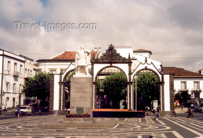 azores20: Azores / Açores - São Miguel - Ponta Delgada: Gonçalo Velho Cabral Statue and City Gates / Portas da Cidade e Estátua de Gonçalo Velho Cabral - photo by M.Torres - (c) Travel-Images.com - Stock Photography agency - Image Bank