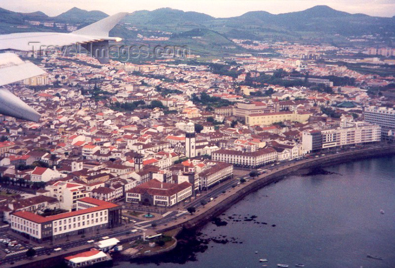azores6: Portugal - Azores - Ponta Delgada: from the air / vista aérea (e asa estibordo de Airbus 310) - photo by M.Torres - (c) Travel-Images.com - Stock Photography agency - Image Bank