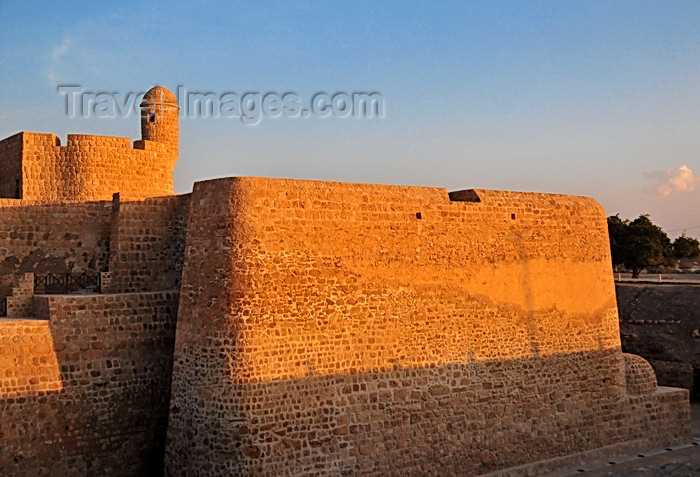 bahrain69: Manama, Bahrain: Portugal Fort - Qal'at al-Bahrain - Qal'at al Burtughal - Portuguese ramparts top a a typical tell, an artificial mound created by many successive layers of human occupation, including Saar, Madimat Hermand, Madimat Isa, Shakhura, Al-Maqsha and Al-Hajjar necropoles and the Kassite and Uperi Palaces - photo by M.Torres - (c) Travel-Images.com - Stock Photography agency - Image Bank