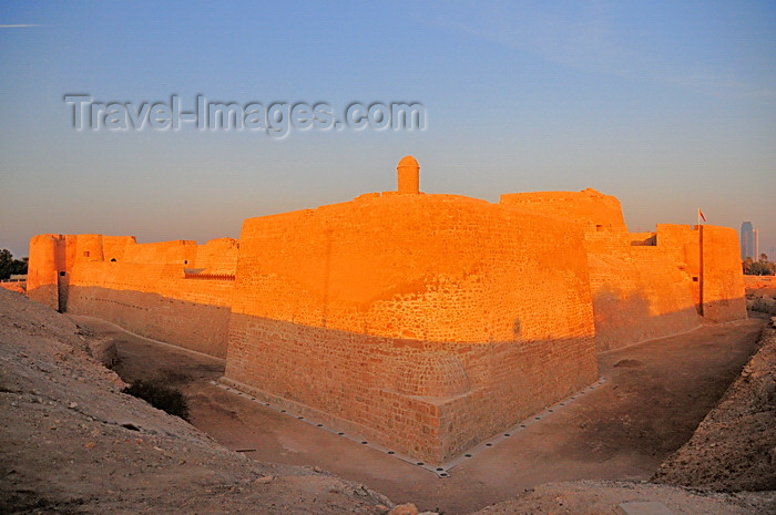 bahrain70: Manama, Bahrain: Portugal Fort - Qal'at al-Bahrain - Qal'at al Portugal - built under Portuguese commander António Correia - UNESCO World Heritage Site - colors and shades of the last light of the day - golden hour - photo by M.Torres - (c) Travel-Images.com - Stock Photography agency - Image Bank