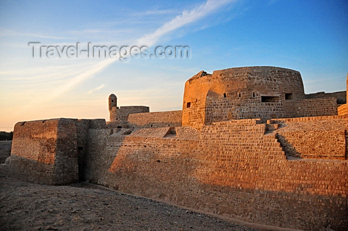 bahrain71: Manama, Bahrain: Portugal Fort - Qal'at al-Bahrain - Qal'at al Burtughal - Portuguese fort built at the Ancient Harbour and Capital of Dilmun - UNESCO World Heritage Site - photo by M.Torres - (c) Travel-Images.com - Stock Photography agency - Image Bank