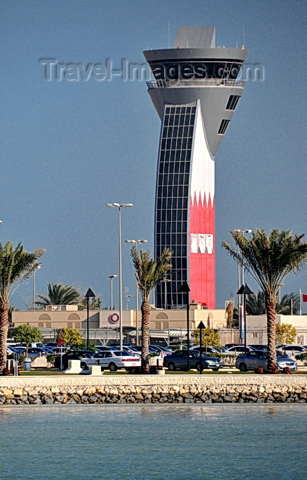 bahrain76: Muharraq Island, Bahrain: control tower with Bahraini flag - Bahrain International Airport - BAH - photo by M.Torres - (c) Travel-Images.com - Stock Photography agency - Image Bank