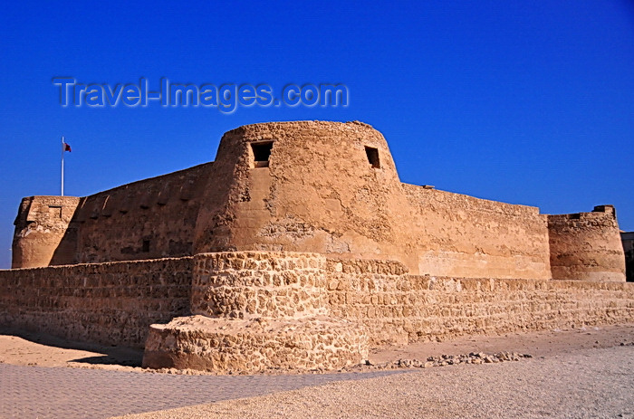 bahrain82: Arad, Muharraq Island, Bahrain: Arad Fort - protected the sea passages of Muharraq's shallow seashores - Qal'at 'Arad - square fortress with four cylindrical towers, typical of the local military architecture - photo by M.Torres - (c) Travel-Images.com - Stock Photography agency - Image Bank