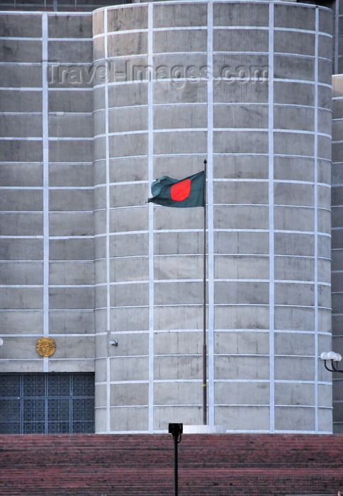 bangladesh6: Dakha / Dacca, Bangladesh: Bangladeshi flag, a blood stain over Muslim green against the brutalist architecture of the National Assembly of Bangladesh - Jatiyo Sangshad Bhaban - photo by M.Torres - (c) Travel-Images.com - Stock Photography agency - Image Bank