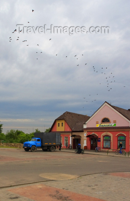 belarus104: Mir, Karelicy raion, Hrodna Voblast, Belarus: shops and birds - photo by A.Dnieprowsky - (c) Travel-Images.com - Stock Photography agency - Image Bank
