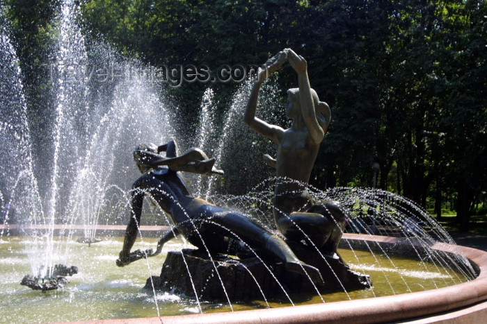 belarus35: Belarus - Minsk: fountain - Yanka Koupala park - national poet of Belarus - real name Ivan Loutsévitch (photo by A.Stepanenko) - (c) Travel-Images.com - Stock Photography agency - Image Bank