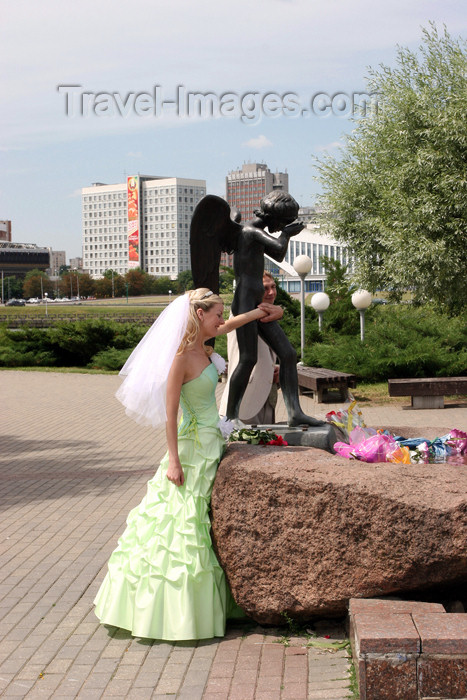 belarus42: Belarus - MBelarus - Minsk - Isle of Tears - crying angel and bride - traditionaly newlyweds visit war memorials on their wedding day - photo by A.Stepanenko - (c) Travel-Images.com - Stock Photography agency - Image Bank