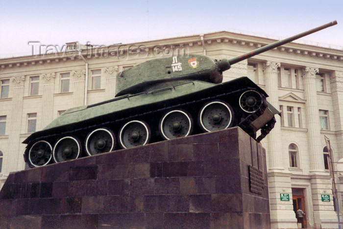 belarus7: Belarus - Minsk: red army T-34 battle tank, developed at the the Kharkov Komintern Locomotive Plant (KhPZ) in the Ukraine - stands opposite the Central House of Officers (photo by Miguel Torres) - (c) Travel-Images.com - Stock Photography agency - Image Bank