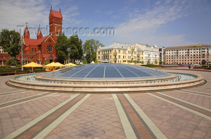 belarus83: Minsk, Belarus: Independence Sq. - the glass dome is the skylight for the underground shopping center 'Stolitsa' - church of St. Simeon and St.Helen in the background - photo by A.Dnieprowsky - (c) Travel-Images.com - Stock Photography agency - Image Bank