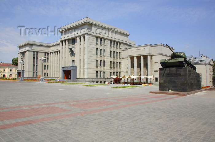 belarus84: Minsk, Belarus: Central House of Officers and T34 Soviet tank - photo by A.Dnieprowsky - (c) Travel-Images.com - Stock Photography agency - Image Bank