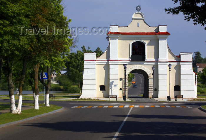 belarus85: Nesvizh / Nyasvizh, Minsk Voblast, Belarus: Slutskaya gate - Baroque style - Architectural, Residential and Cultural Complex of the Radziwill Family at Niasviž - UNESCO World Heritage Site - photo by A.Dnieprowsky - (c) Travel-Images.com - Stock Photography agency - Image Bank