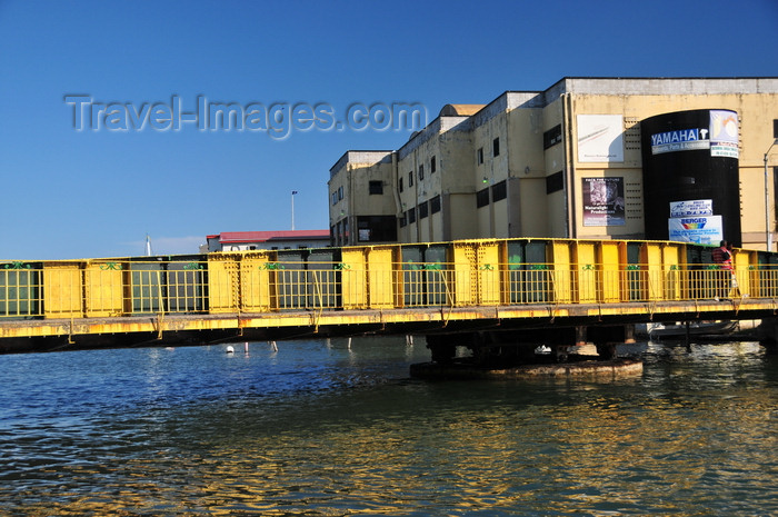 belize117: Belize City, Belize: Swing Bridge - twice a day bridge operators manually rotate the bridge to let boats pass along Haulover Creek, halting city traffic - built in Liverpool, links north and south BC, Albert and Queen streets - photo by M.Torres - (c) Travel-Images.com - Stock Photography agency - Image Bank