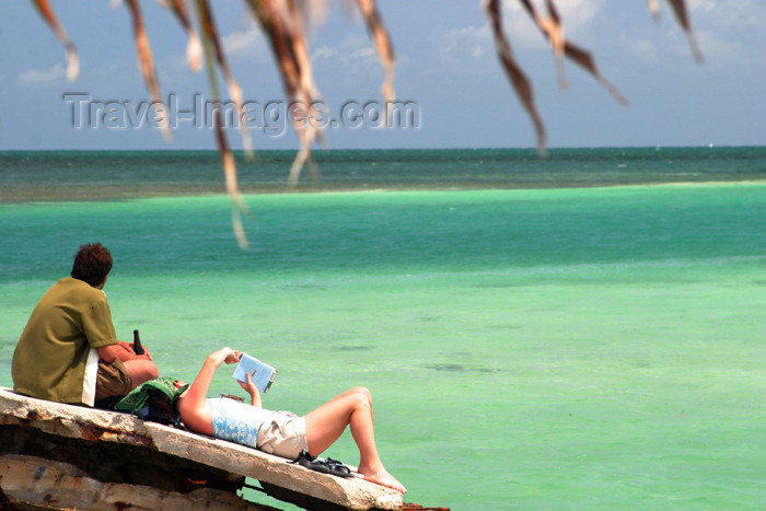 belize47: Belize - Belize District: on vacation - couple on the beach - coral island in the Caribbean Sea - photo by C.Palacio - (c) Travel-Images.com - Stock Photography agency - Image Bank