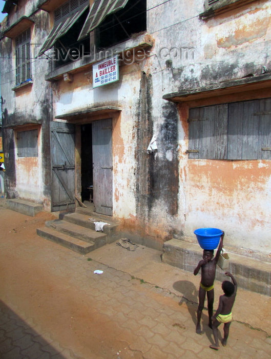 benin12: Porto-Novo / Hogbonou / Adjacé, Benin: street scene - kids and old colonial houses - immeuble a bailler - photo by G.Frysinger - (c) Travel-Images.com - Stock Photography agency - Image Bank