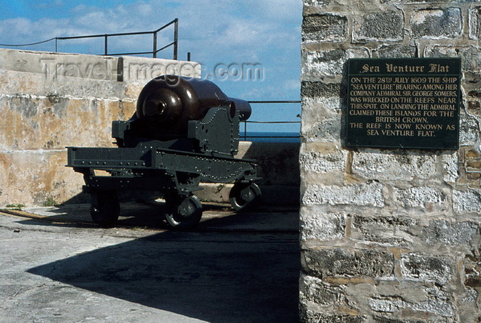 bermuda12: Bermuda - Fort Saint Catherine: muzzle-loading gun - Woolwich Rifled Muzzle Loader cannon, weighing 18 tons - in front of the reef where the 'Sea Venture' sunk - coastal artilery - photo by G.Frysinger - (c) Travel-Images.com - Stock Photography agency - Image Bank