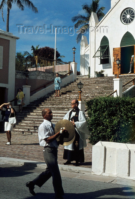 bermuda2: Bermudas - St. George: St Peter's Anglican church, built in 1615 by Bermuda's first governor, Richard Moore - Church of England - man leading the procession - photo by G.Frysinger - (c) Travel-Images.com - Stock Photography agency - Image Bank