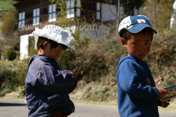 bhutan150: Bhutan - Children, on the road to the Haa valley - photo by A.Ferrari - (c) Travel-Images.com - Stock Photography agency - Image Bank