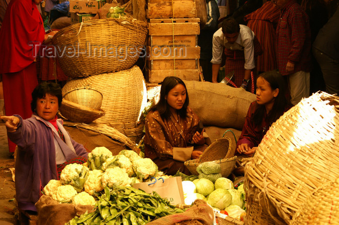 bhutan184: Bhutan - Thimphu - the market - women  in traditional clothes - selling vegetables - photo by A.Ferrari - (c) Travel-Images.com - Stock Photography agency - Image Bank