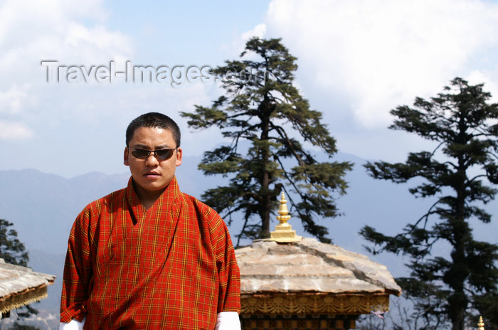 bhutan247: Bhutan - cool Bhutanese guide, in Dochu La pass - photo by A.Ferrari - (c) Travel-Images.com - Stock Photography agency - Image Bank