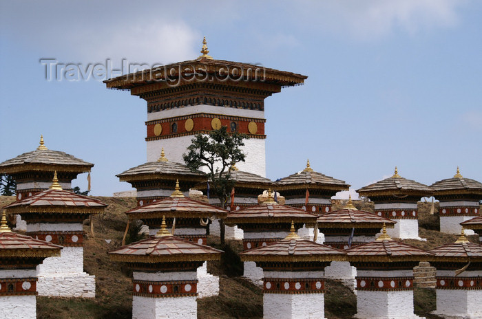 bhutan249: Bhutan - main chorten and some of the 108 chortens of Dochu La pass - photo by A.Ferrari - (c) Travel-Images.com - Stock Photography agency - Image Bank
