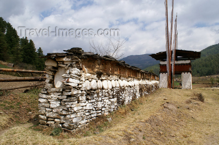 bhutan358: Bhutan - Mani wall and chorten in the Tang valley - photo by A.Ferrari - (c) Travel-Images.com - Stock Photography agency - Image Bank