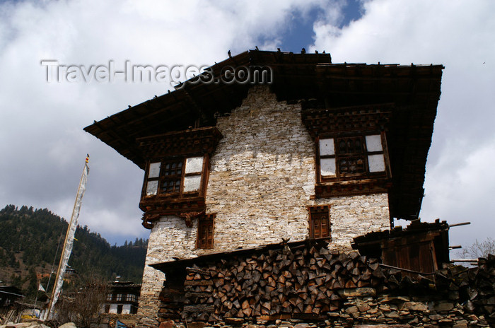 bhutan365: Bhutan - Shingkhar - Bhutanese farm building - photo by A.Ferrari - (c) Travel-Images.com - Stock Photography agency - Image Bank