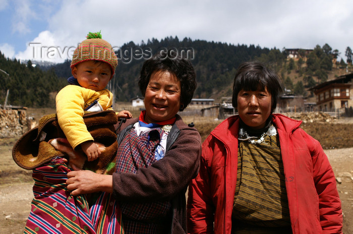 bhutan366: Bhutan - Shingkhar - Bhutanese women with a baby - photo by A.Ferrari - (c) Travel-Images.com - Stock Photography agency - Image Bank