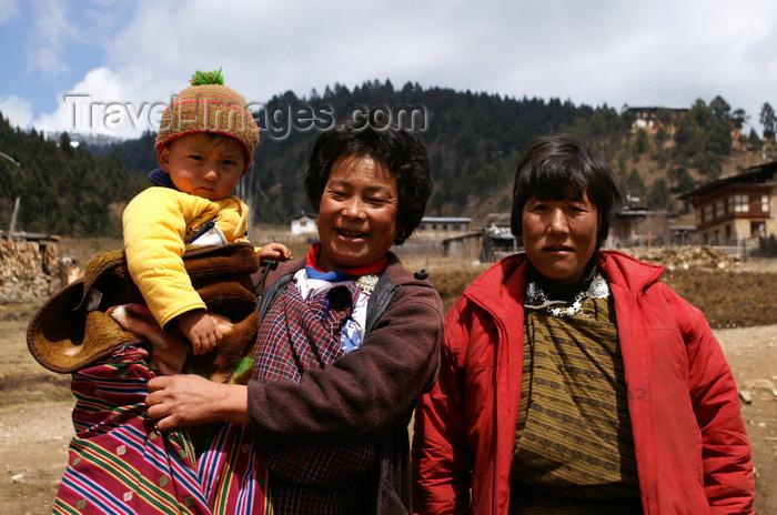 bhutan366: Bhutan - Shingkhar - Bhutanese women with a baby - photo by A.Ferrari - (c) Travel-Images.com - Stock Photography agency - Image Bank