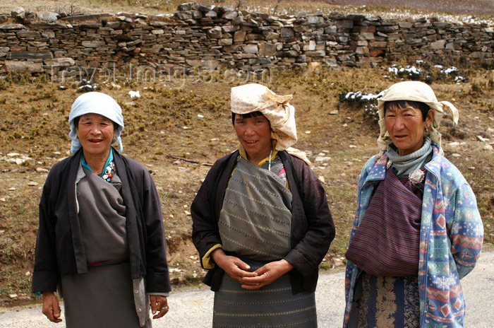 bhutan385: Bhutan - Ura valley - Bhutanese women on the road - photo by A.Ferrari - (c) Travel-Images.com - Stock Photography agency - Image Bank