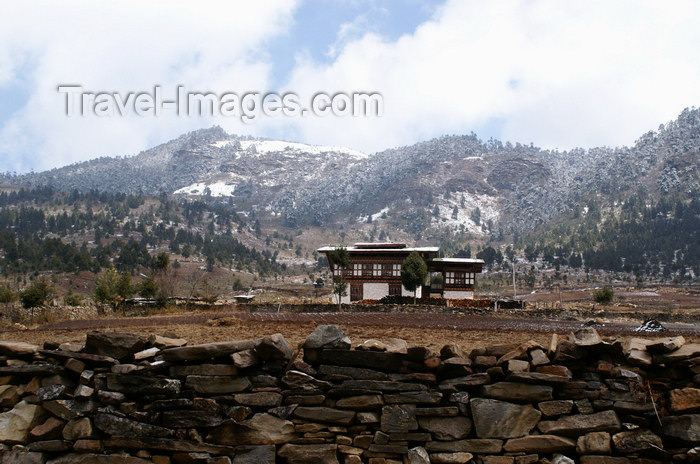 bhutan386: Bhutan - Ura valley - House and mountains covered with snow - photo by A.Ferrari - (c) Travel-Images.com - Stock Photography agency - Image Bank