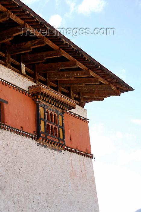 bhutan405: Bhutan, Paro, Detail Paro Dzong - window and roof - photo by J.Pemberton - (c) Travel-Images.com - Stock Photography agency - Image Bank