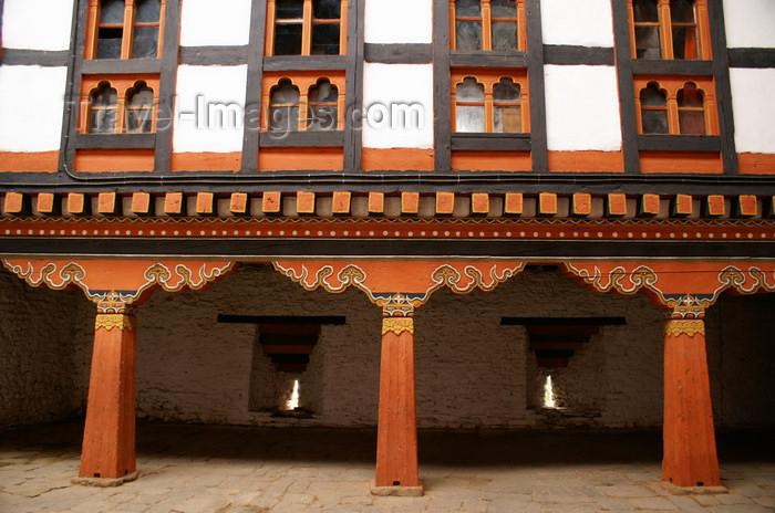 bhutan48: Bhutan - Jakar - Columns and windows, in the Jakar Dzong - photo by A.Ferrari - (c) Travel-Images.com - Stock Photography agency - Image Bank